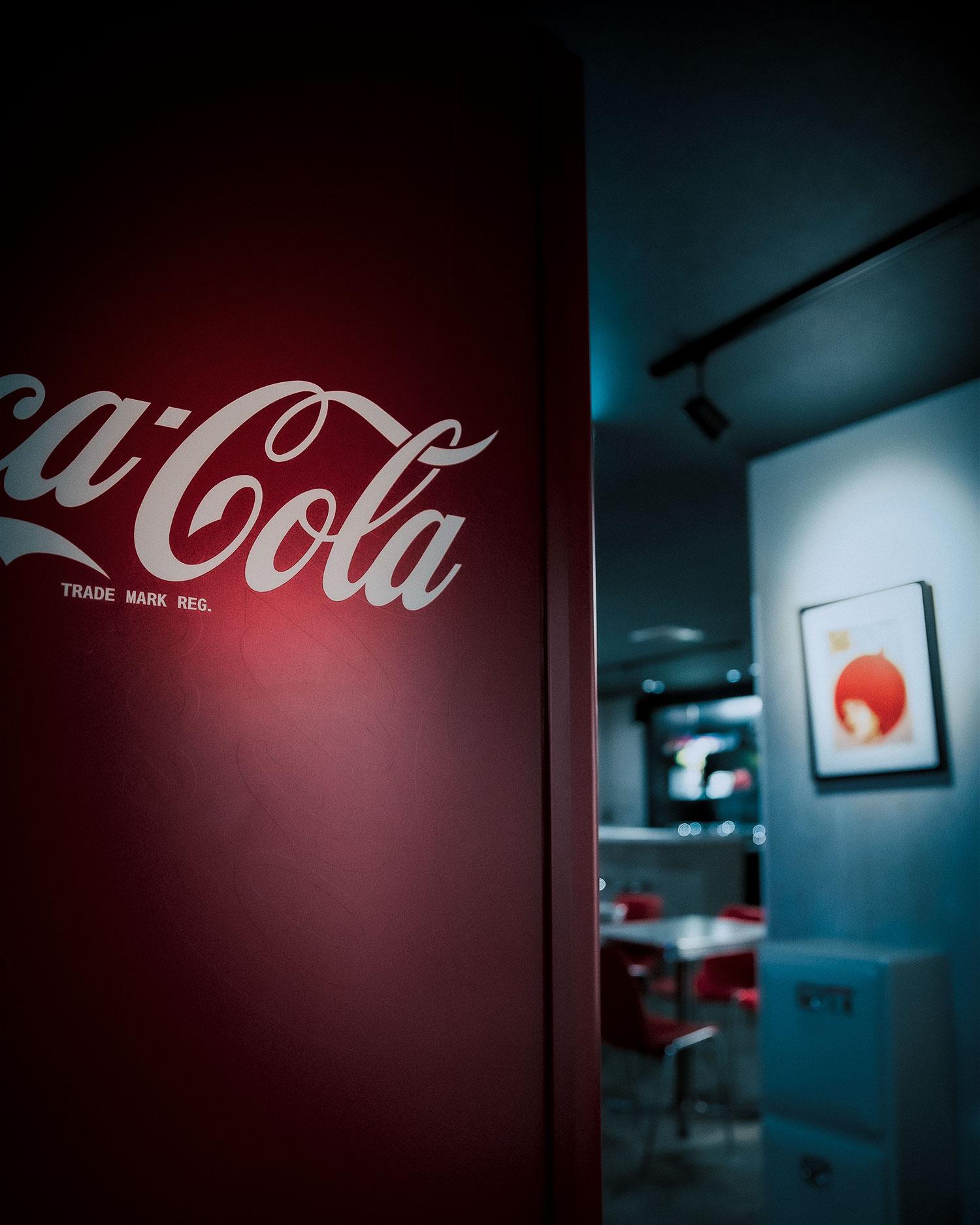 クラッシックデザインのコカコーラ自販機